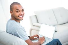Stående av den lyckliga mannen med bärbara datorn arkivbild