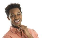 Stående av den lyckliga mannen med handen på hakan Arkivfoto