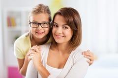 Stående av den lyckliga modern och dottern hemma royaltyfri fotografi