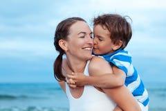 Stående av den lyckliga modern och sonen på havet Arkivfoto