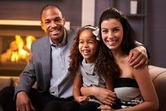 Stående av den lyckliga olika familjen hemma Royaltyfria Bilder