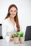 Stående av den lyckliga operatören för barnservicetelefon med hörlurar med mikrofon royaltyfri fotografi