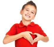 Stående av den lyckliga pojken med en hjärtaform Arkivfoton