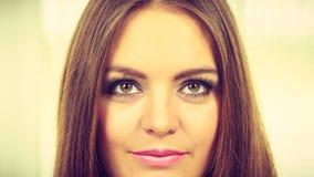 Stående av den lyckliga positiva attraktiva kvinnan Arkivfoton