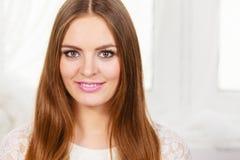 Stående av den lyckliga positiva attraktiva kvinnan royaltyfri fotografi