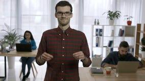 Stående av den lyckliga rengöringsdukformgivaren som i regeringsställning ler stock video