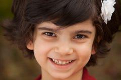 Stående av den lyckliga små Caucasian flickan arkivfoton