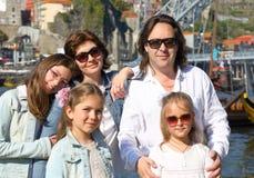 Stående av den lyckliga stora familjen royaltyfri bild