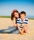 Stående av den lyckliga tonåriga systern och den lilla brodern Royaltyfri Foto