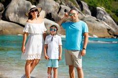 Stående av den lyckliga unga familjen på tropisk semester arkivbilder