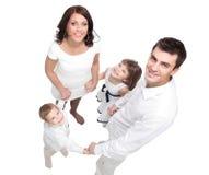 Stående av den lyckliga unga familjen som isoleras på vit arkivfoton