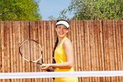 Stående av den lyckliga unga flickan som spelar tennis Arkivfoton