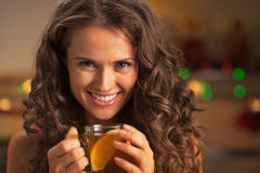 Stående av den lyckliga unga kvinnan med koppen av ljust rödbrun te Arkivbilder