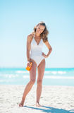 Stående av den lyckliga unga kvinnan med sunblockkräm Royaltyfri Foto