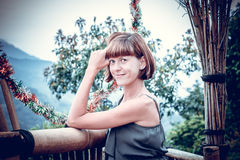 Stående av den lyckliga unga kvinnan på bergbakgrunden Tropisk ö Bali, Indonesien Lady I Lopp royaltyfri fotografi