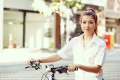 Stående av den lyckliga unga kvinnliga cyklisten arkivbilder