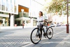 Stående av den lyckliga unga kvinnliga cyklisten arkivfoto