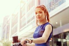 Stående av den lyckliga unga kvinnliga cyklisten fotografering för bildbyråer