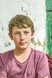 Stående av den lyckliga unga tonårs- pojken Royaltyfria Bilder