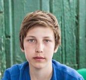 Stående av den lyckliga unga tonårs- pojken Royaltyfria Foton