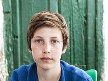 Stående av den lyckliga unga tonårs- pojken Arkivfoton