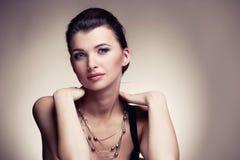 Stående av kvinnan i artikel med ensamrättsmycken på naturlig bakgrund royaltyfri foto