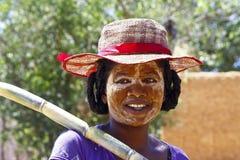 Stående av den malagasy kvinnan med tradytionalmaskeringen på framsidan Royaltyfri Fotografi