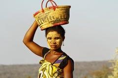 Stående av den malagasy kvinnan med tradytionalmaskeringen på framsidan Arkivfoton