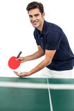 Stående av den manliga idrottsman nen som spelar bordtennis Royaltyfri Bild