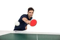 Stående av den manliga idrottsman nen som spelar bordtennis Royaltyfria Bilder