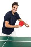 Stående av den manliga idrottsman nen som spelar bordtennis Royaltyfria Foton