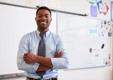 Stående av den manliga läraren för säker afrikansk amerikan i grupp arkivbild