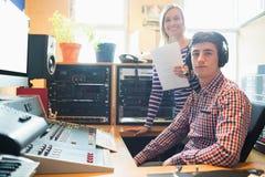 Stående av den manliga radiovärden med kvinnlig anställd Royaltyfri Foto