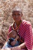 Stående av den Masaikvinnan och ungen Arkivfoto