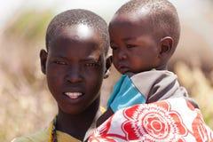 Stående av den Masaikvinnan och ungen Arkivbilder