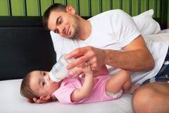 Stående av den matande dottern för fader Royaltyfri Fotografi