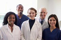 Stående av den medicinska personalen i sjukhusexamenrum fotografering för bildbyråer