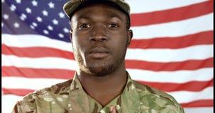 Stående av den militära soldaten som sjunger en nationalsången stock video
