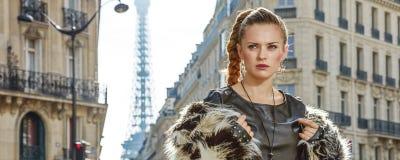Stående av den moderna kvinnan i pälslag i Paris, Frankrike Fotografering för Bildbyråer
