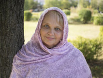 Stående av den mogna allvarliga kvinnan i sjalett Royaltyfri Foto