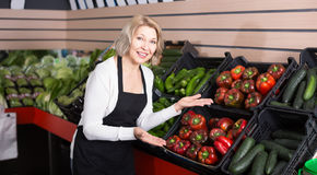 Stående av den mogna kvinnan som arbetar i livsmedelsbutik Royaltyfri Bild