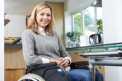 Stående av den mogna rörelsehindrade kvinnan i rullstol hemma royaltyfria foton