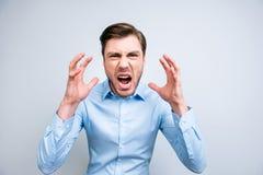 Stående av den mycket ilskna, förargade lösa mannen som ropar och att skrika, hol royaltyfria bilder
