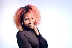 Stående av den nätta afrikanska härliga flickan med röd lockig storartad hai fotografering för bildbyråer
