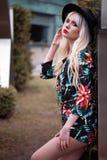 Stående av den nätta blonda kvinnan utomhus Arkivfoto