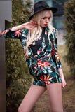 Stående av den nätta blonda unga kvinnan utomhus Royaltyfri Fotografi
