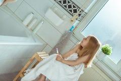 Stående av den nätta flickan för litet barn med den vita handduken efter show Royaltyfria Foton