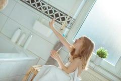 Stående av den nätta flickan för litet barn med den vita handduken efter show Arkivbilder