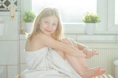 Stående av den nätta flickan för litet barn med den vita handduken efter show Arkivfoto