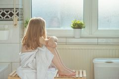 Stående av den nätta flickan för litet barn med den vita handduken efter show Royaltyfri Bild